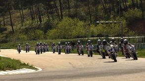 PORTRAIT DE GROUPE AVEC ENFANTS ET MOTOCYCLETTES