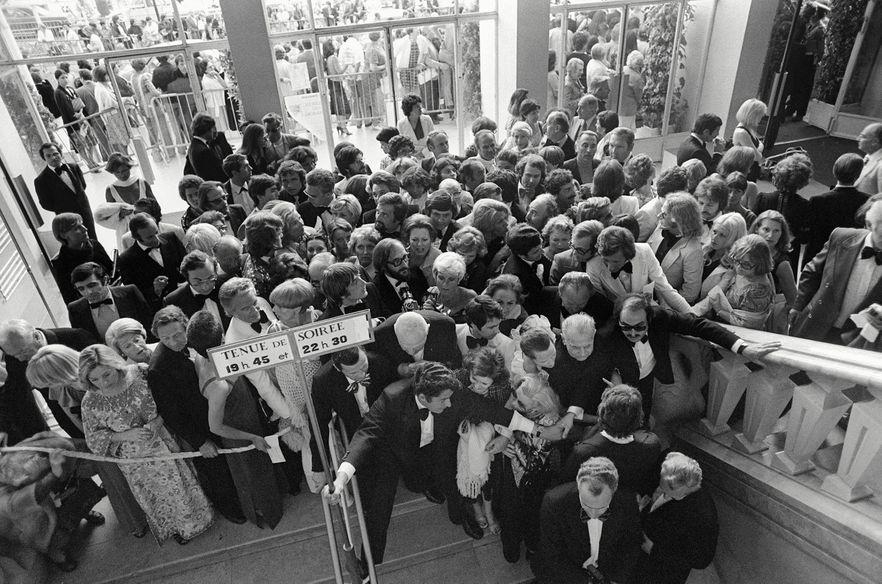 Les spectateurs se bousculent à l'entrée du Palais Croisette avant une projection